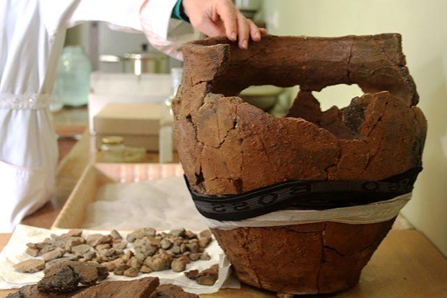2014-ųjų rudenį rasta urna pateko į rūpestingas restauratorių rankas.